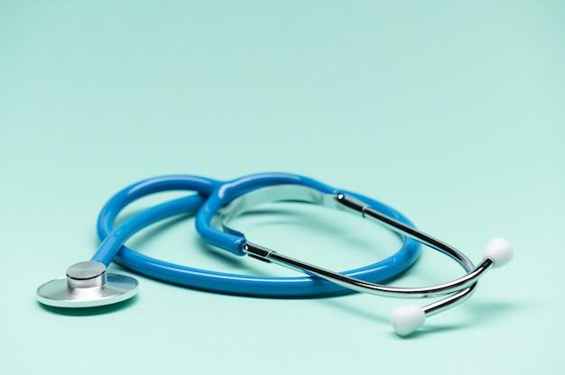 Stetoskop medyczny na białym tle stetoskop jest ważnym narzędziem diagnostycznym dla lekarza