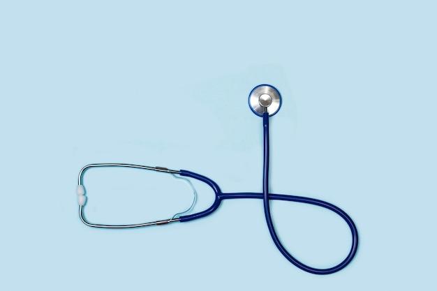 Stetoskop na jasnoniebieskim tle w widoku z góry z miejsca na kopię