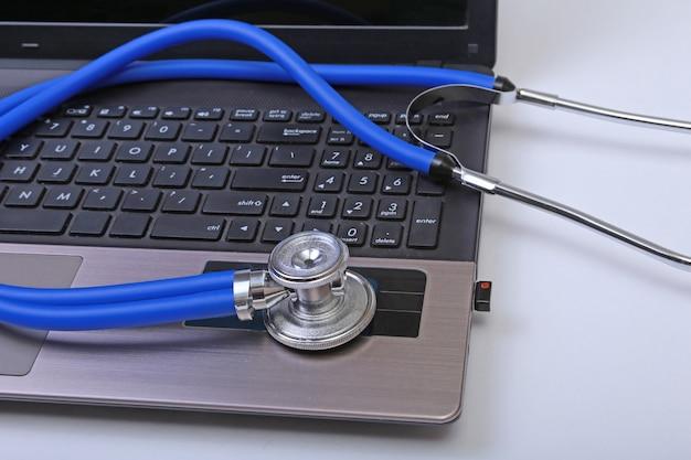 Stetoskop na klawiaturze laptopa