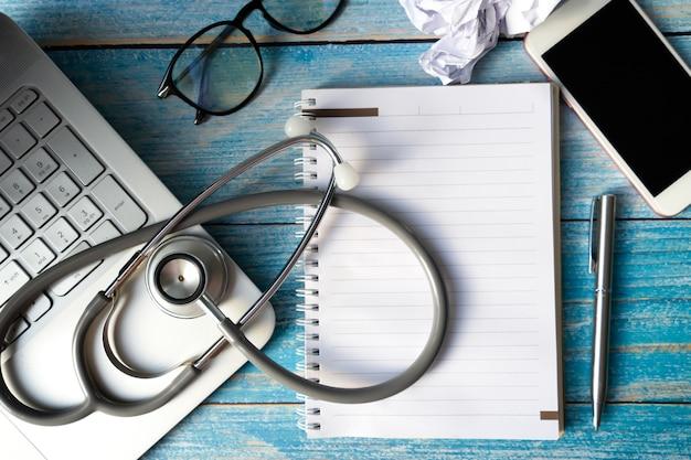 Stetoskop na laptopie na stole. obiekt dla lekarza i technologii