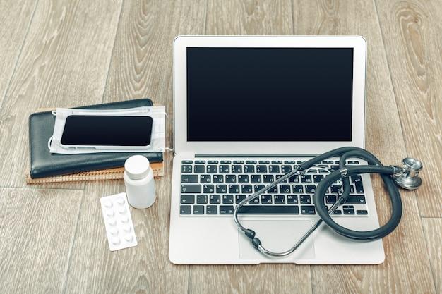 Stetoskop na laptopie, szczelnie-do góry