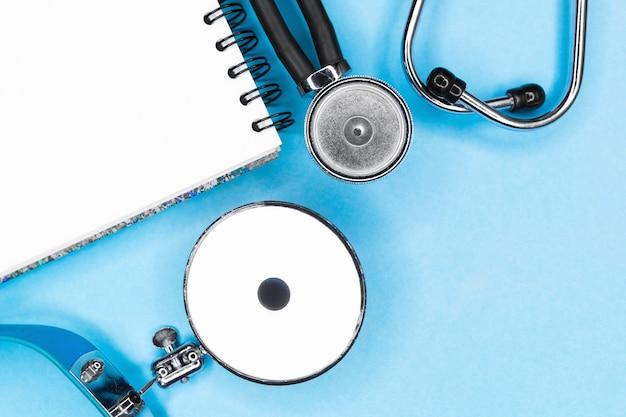 Stetoskop na niebieskim tle. koncepcja zdrowia i medycyny