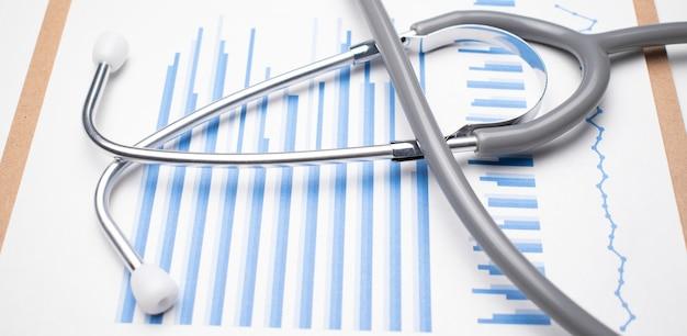 Stetoskop na niebieskim wykresie. koncepcja medyczna