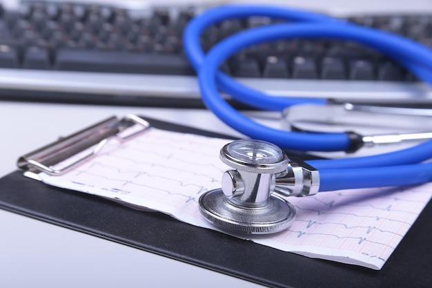 Stetoskop na nowoczesnym laptopie. na receptę. pojęcie opieki zdrowotnej.