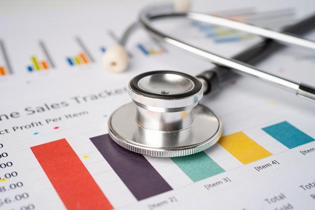 Stetoskop na papierze milimetrowym wykresu, finanse, konto, statystyka, ekonomia analityczna koncepcja biznesowa.