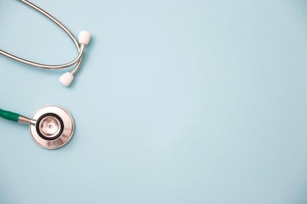 Stetoskop na zielonym tle