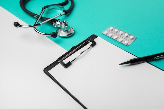 Stetoskop, schowek i pigułki, zbliżenie. wyposażenie medyczne