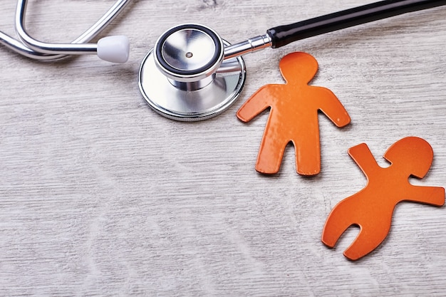 Stetoskop, symbole na drewnianym tle. reklama ośrodka zdrowia.