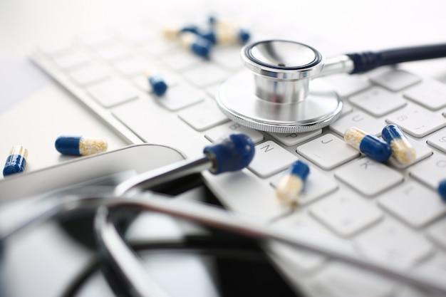 Stetoskop tablet i rozrzucone pigułki leżą