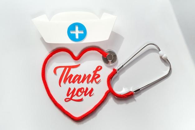 Stetoskop tworzy serce ze sznurkiem. dziękuję lekarzowi i pielęgniarkom oraz zespołowi personelu medycznego. koncepcja opieki zdrowotnej.