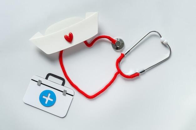 Stetoskop tworzy serce ze sznurkiem. dziękuję lekarzowi i pielęgniarkom oraz zespołowi personelu medycznego