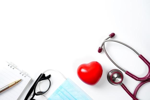Stetoskop w okularach deskmedical conceptcorona virus stethoscpe i maska na niebieskim biurku.