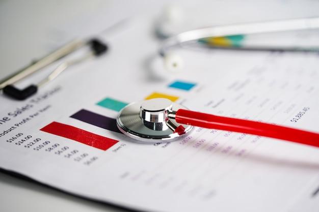 Stetoskop, wykresy i wykresy rozłożone arkusze papieru