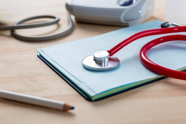Stetoskop wysoki kąt na stole