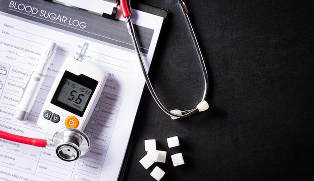 Stetoskop z kartą kontroli poziomu cukru we krwi pacjenta. światowy dzień cukrzycy, 14 listopada.