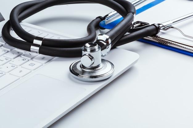 Stetoskop z laptopem na stole