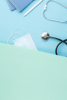 Stetoskop z notatnikiem na biurku pielęgniarki