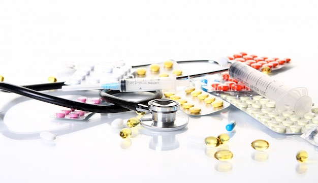 Stetoskop z różnymi rzeczami farmaceutycznymi