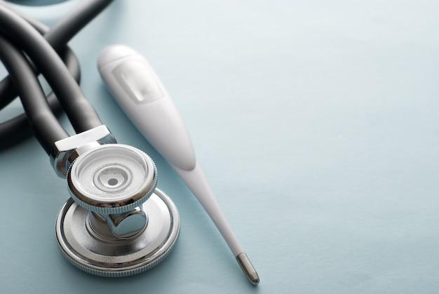 Stetoskop z termometrem na białym tle