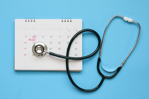 Stetoskop ze stroną kalendarza