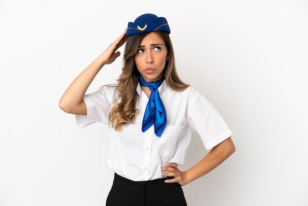 Stewardesa samolotu na białym tle ma wątpliwości i zdezorientowany wyraz twarzy