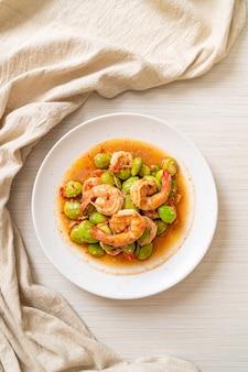 Stir-fried twisted cluster fasol with shrimp - tajskie jedzenie