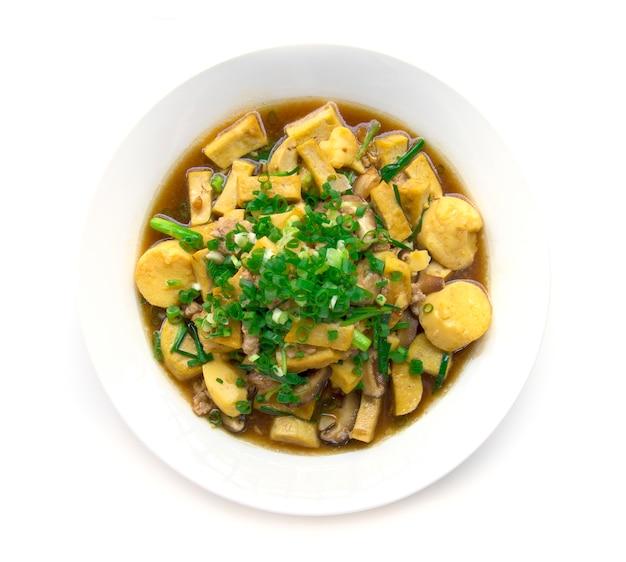 Stire smażone tofu z wieprzowiną i shitake mashroom na górze z sosem cebulowym i sosem wiosennym tajski styl widok z góry na białym tle