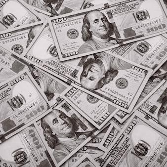 Sto amerykańskich banknotów jest rozrzuconych. gotówkowe rachunki stu dolarowe, obraz ściany dolara.