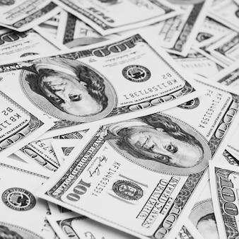 Sto amerykańskich banknotów jest rozrzuconych. gotówkowe weksle stu dolarowe, obraz tła dolara.