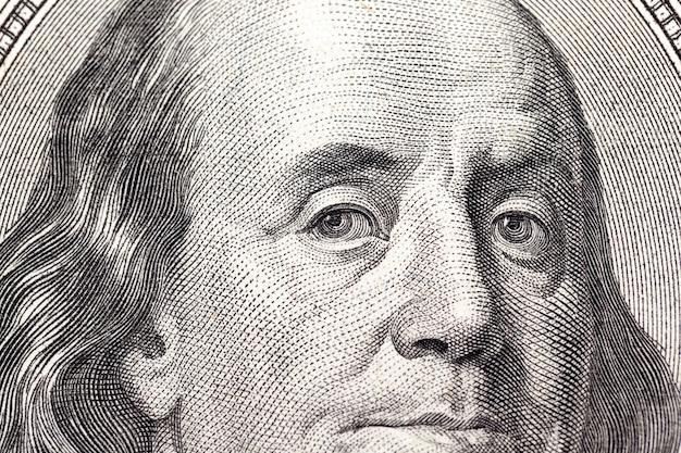 Sto dolarów amerykańskich - sfotografowane zbliżenie amerykańskich papierowych pieniędzy wartych sto dolarów