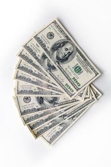 Sto dolarów banknotów pieniądze dolary amerykańskie waluta na białym tle inflacja biznes