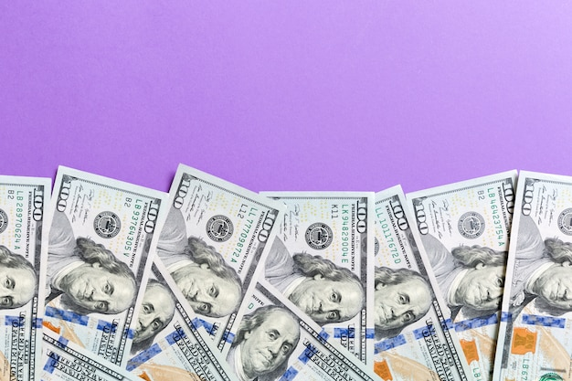 Sto dolarowych rachunków odgórny widok biznesowy pojęcie na tle z kopii przestrzenią
