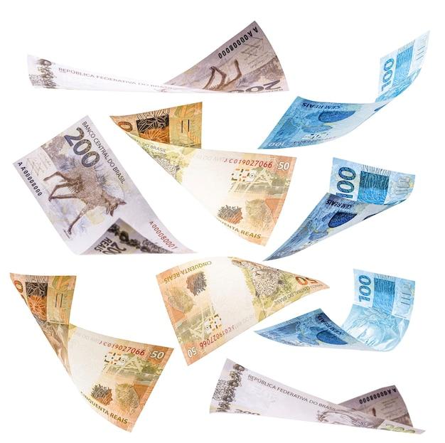Sto, pięćdziesiąt i dwieście reali banknotów spadających na pojedyncze białe tło, koncepcja nagrody głównej