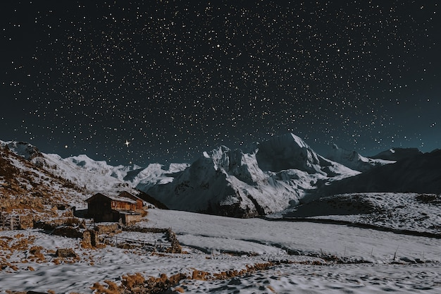 Stodoła w środku ziemi pokrytej śniegiem