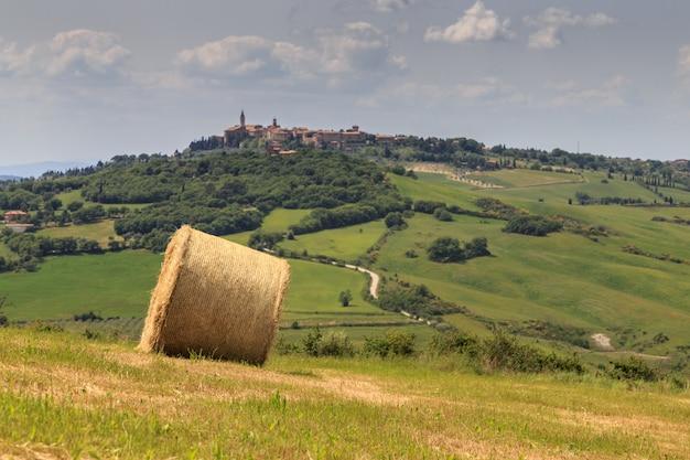 Stóg siana na polu w toskanii we włoszech typowy krajobraz toskanii