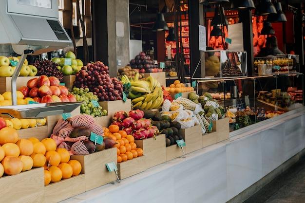 Stoiska ze świeżymi owocami na rynku san miguel