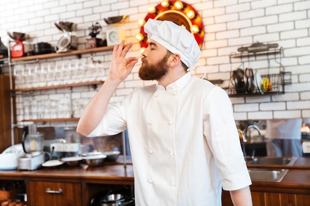 Stojąc i czując przyjemny zapach smacznego jedzenia na kuchni