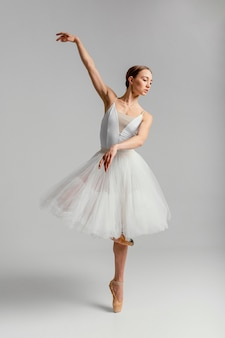 Stojąca baletnica z pełnym ujęciem w pointe butach