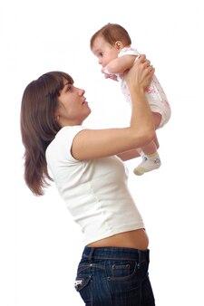Stojąca kochająca kobieta trzyma małą nowonarodzoną dziewczynkę na rękach
