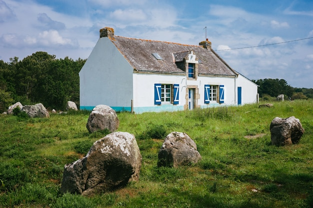Stojący kamienie przy carnac, brittany france.the światowy wielki megalityczny punkt zwrotny w francja.