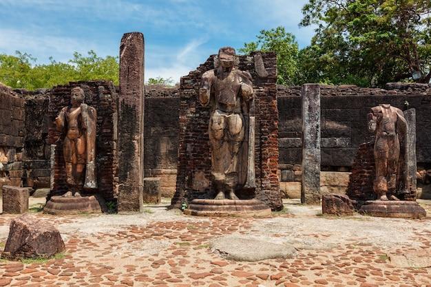 Stojący posąg buddy w starożytnych ruinach polonnaruwa sri lanka