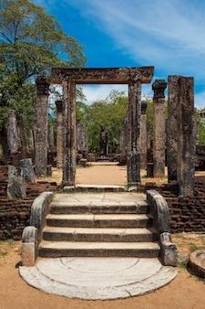Stojący posąg buddy w starożytnych ruinach