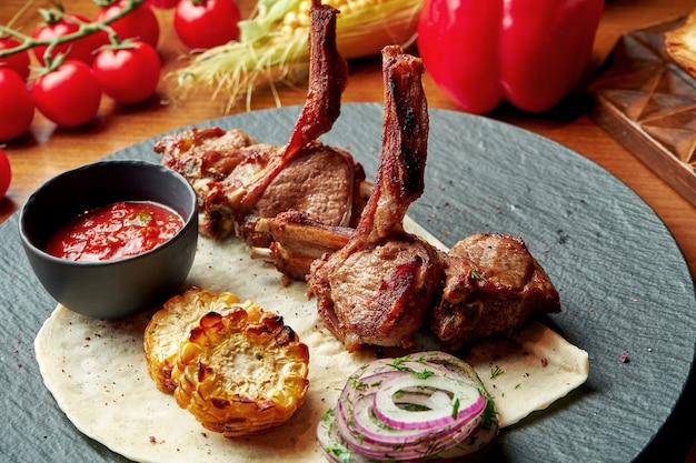 Stojak jagnięcy z lawaszem i czerwonym sosem w stylu orientalnym. jedzenie halal.