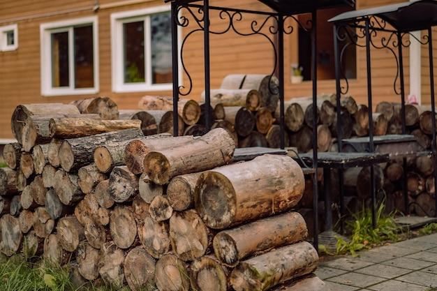 Stojak na drewno przy żelaznym miejscu na grilla obok wiejskiego domu obraz z selektywnym skupieniem
