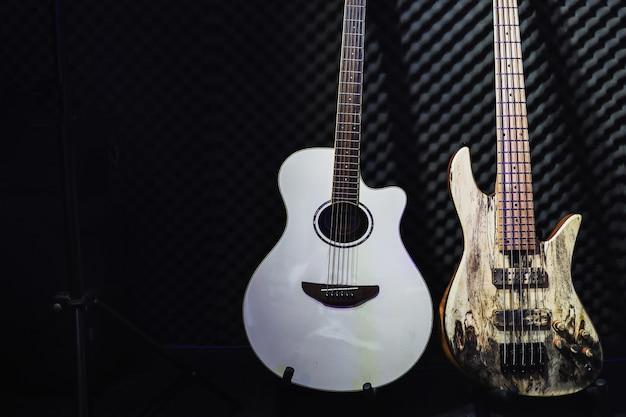 Stojak na gitarę akustyczną i elektryczną w studiu nagraniowym