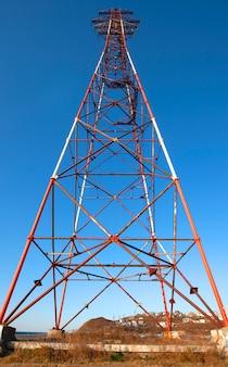 Stojak wysokiego napięcia lub wieża wysokiego napięcia.