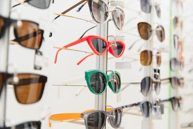 Stojak z okularami i okularami przeciwsłonecznymi z bliska
