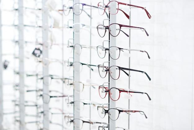 Stojak z okularami optycznymi.