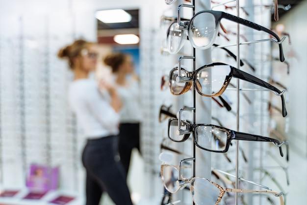 Stojak z okularami w sklepie z optyką