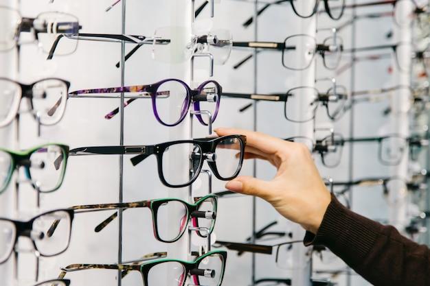 Stojak z okularami w sklepie z optyką.